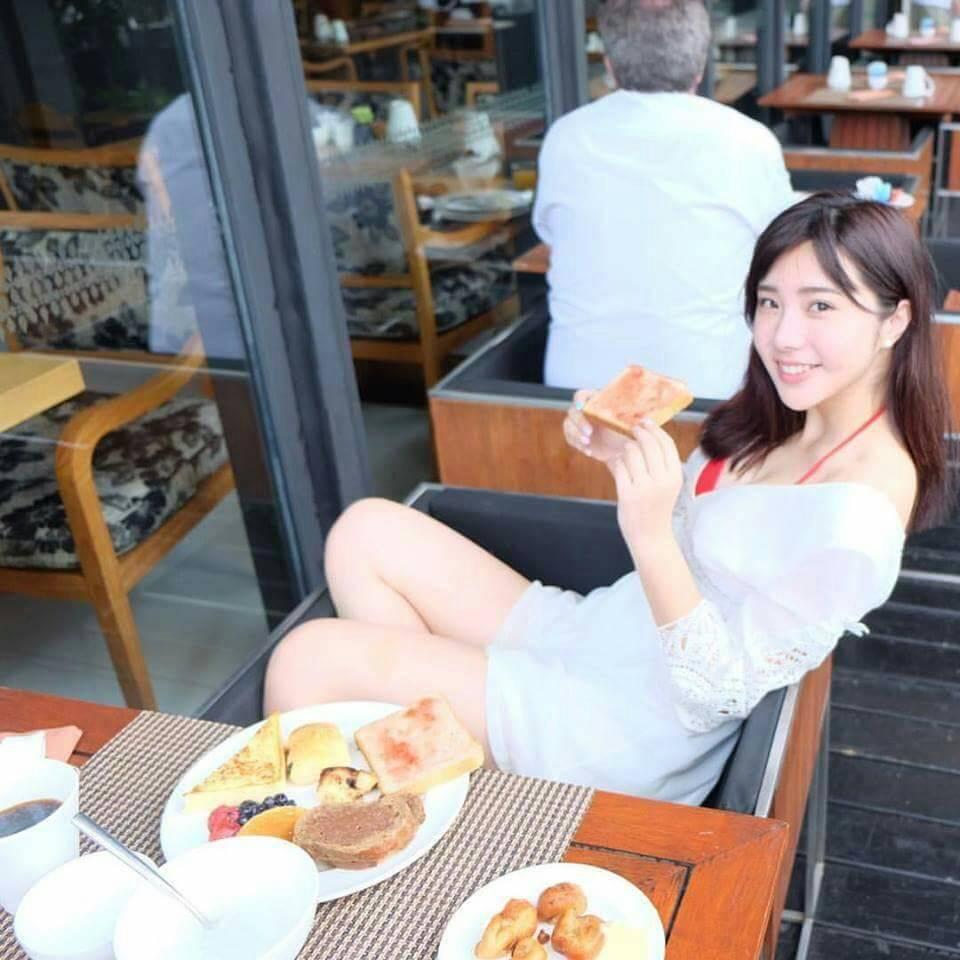 朝食を食べるエスコートアガシの女性